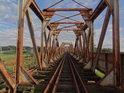 Konstrukce železničního mostu přes Odru u města Brzeg Dolny vypadá dosti neudržovaná.