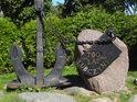 Pamětní kotva a pamětní kámen k 700 let obce Lubczyna na břehu jezera Dąbie.