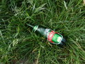 Kdosi na Odře hasil žízeň a poněkud opomenul odnést si po sobě lahev.
