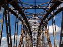 Příhradová ocelová konstrukce železničního mostu přes Odru u obce Czernica.