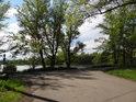 Rozcestí u rybníka Mžíkovec na levém břehu Odry mezi Ostravou a Bohumínem.