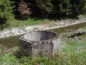 Něco mezi studnou a jímkou, těžko poznat, v každém případě jsme na levém břehu Odry.