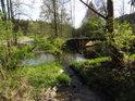Podleský potok posiluje Odru zleva.