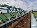 Pohled po kolejích z prostředku železničního mostu přes Odru u města Ścinawa, zde jeho suchá část.