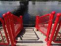 Schůdky do Východní Odry jsou pod řetízkem, třeba aby turista nevalné inteligence nevstupoval do řeky.